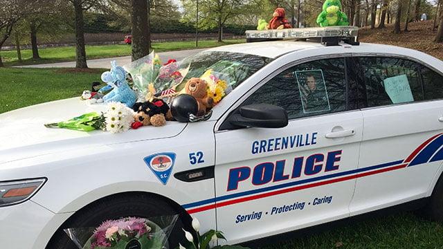 The community leaves flowers on Jacobs' patrol car. (Mar. 19, 2016/FOX Carolina)