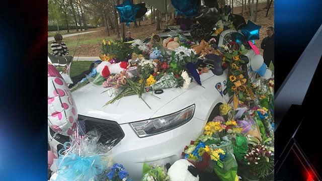 The community leaves flowers on Jacobs' patrol car. (Mar. 20, 2016/FOX Carolina)
