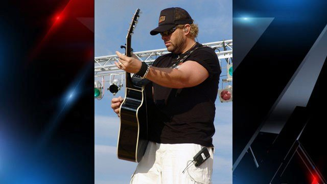 Country singer Toby Keith sings at United Service Organization (USO). (Source: www.navy.mil)