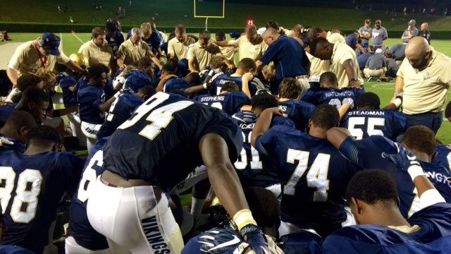 The Vikings pray for the injured Yellowjacket. (Sep. 9, 2016/FOX Carolina)