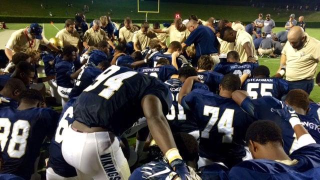 The Vikings pray for the injured Yellowjacket. (Sep. 9, 2016/FOX Carolina)