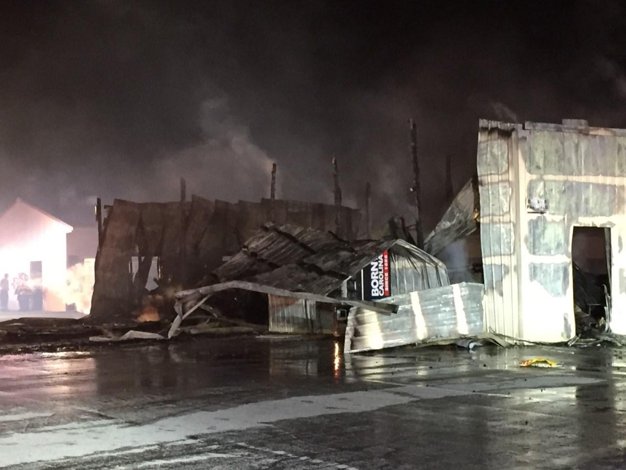 Firefighters battle blaze at Greer flea market (FOX Carolina: 11/12/2016).