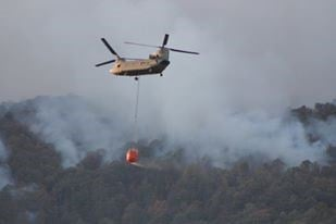 Helicopters fight the fire on Pinnacle Mountain (Courtesy: Robbie Wright)