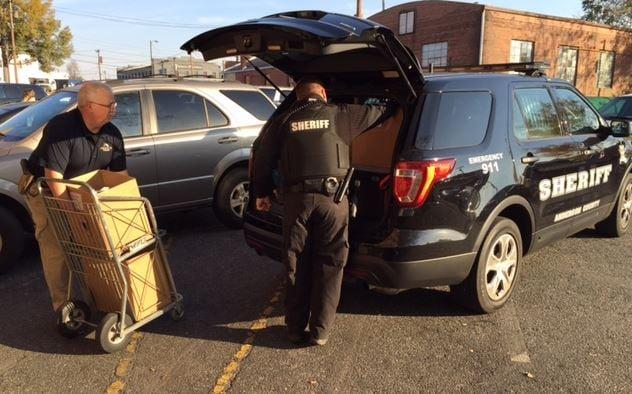 Officers load turkeys in cars (FOX Carolina/ Nov. 22, 2016)