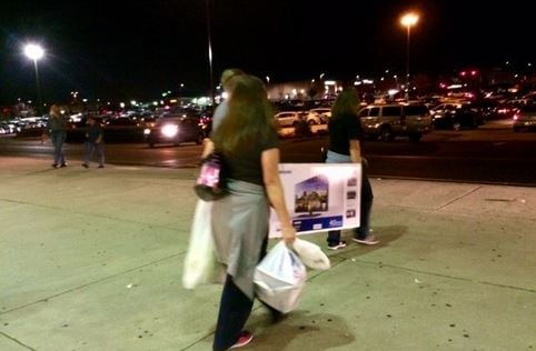 Shoppers head to their cars at Haywood Mall (FOX Carolina/ Nov. 24, 2016)