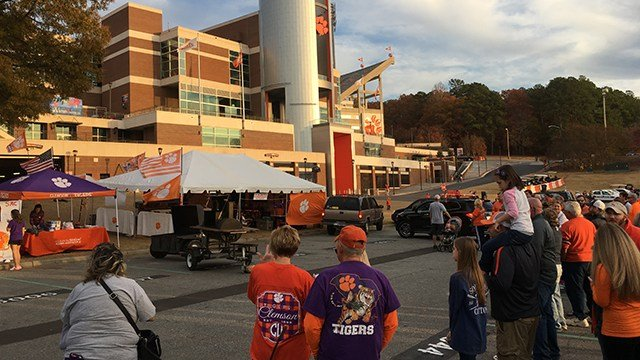 Clemson fans gathered for the tradition of Cocky's funeral before the big USC vs. Clemson game tomorrow. (FOX Carolina/ 11/25/16)