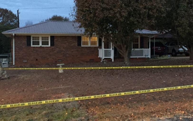 Crime scene tape surrounds the home on Cherry Drive (FOX Carolina/ Nov. 28, 2016)
