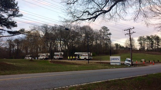 Crews work to repair pole damaged by crash on Batesville Rd (FOX Carolina/3/25/17)