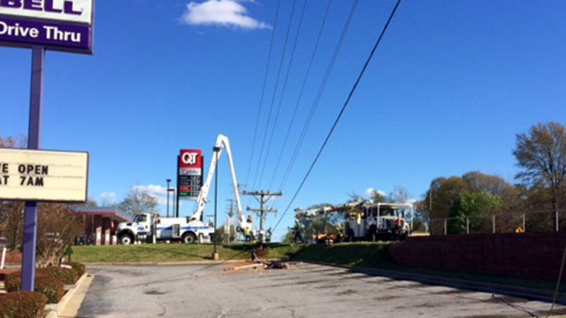 Crews work to repair outage on White Horse Road (Mar. 31, 2017/FOX Carolina)