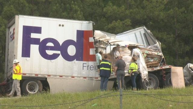 Crews work to unpack cargo from the wrecked trailer (FOX Carolina/ April 20, 2017)