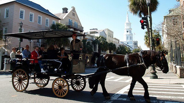 Horse-drawn carriage in Charleston (Source: Wikimedia)