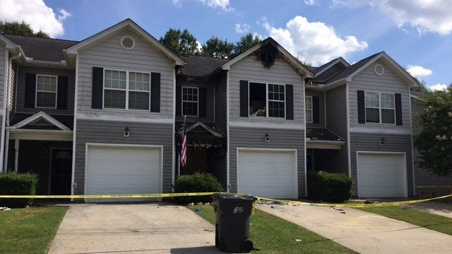 Crews battle fire at Greenville Co. townhomes (FOX Carolina/ 7/9/17)