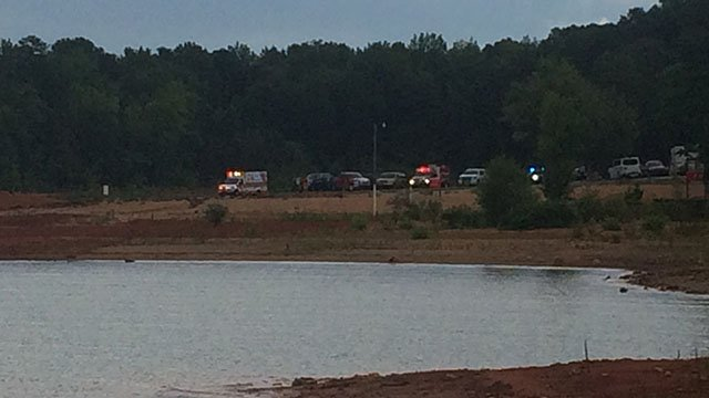 Rescue underway at Lake Hartwell after couple ejected from boat during storm (FOX Carolina/ 7/15/17)