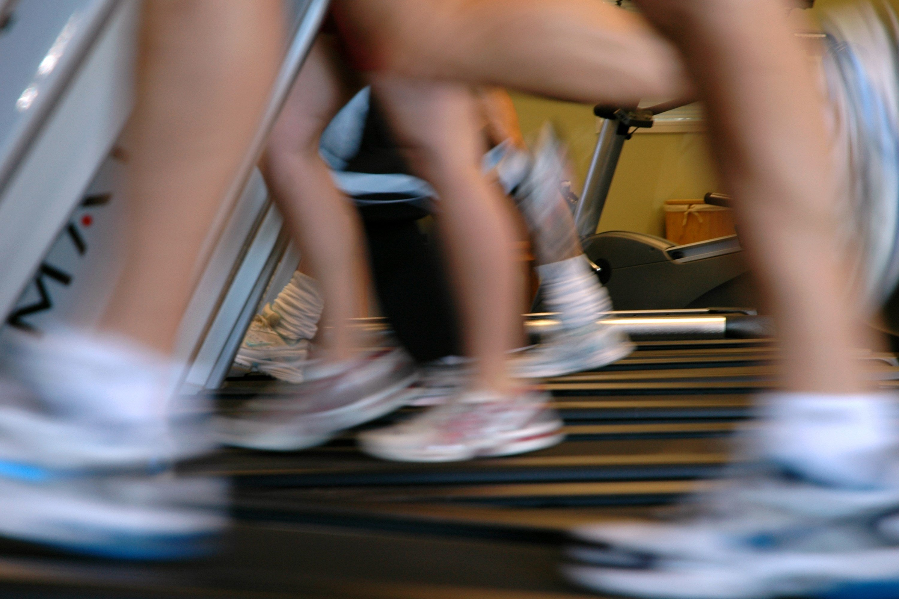 People running on treadmills (Source: Wikimedia Commons)