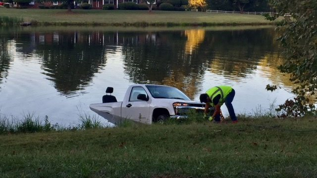 Dive team recovers car from pond. (10/2/17 FOX Carolina)
