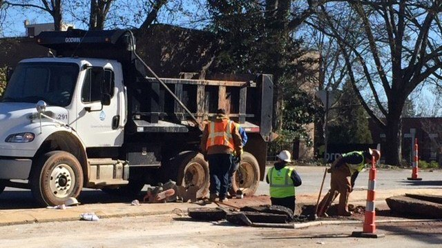 Crews work to repair water main break in Greenville (Jan. 2, 2018/FOX Carolina)