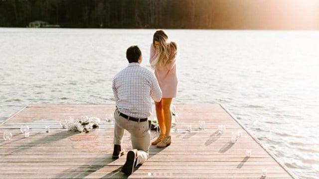 Hunter Renfrow proposes to Camilla Martin (Credit: jordynschirripa.com)