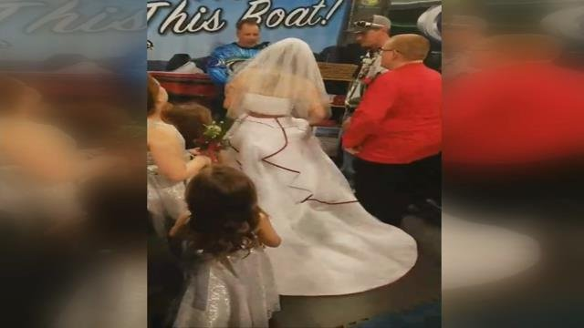 West Virginia couple says 'I Do' in front of thousands at Bassmaster Classic