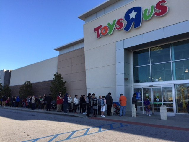 Line of shoppers waiting to enter Toys R Us in Greenville (FOX Carolina/ March 23, 2018)
