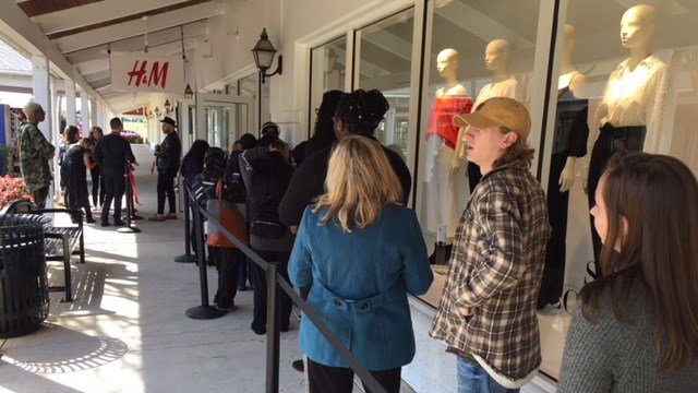 Crowds lined up outside H&M (Apr. 5, 2018/FOX Carolina)