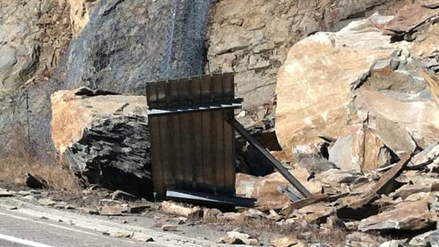 An early morning rockslide closed the westbound lanes of I-40 on the Tennessee/North Carolina border. (Jan. 31, 2012/FOX Carolina)
