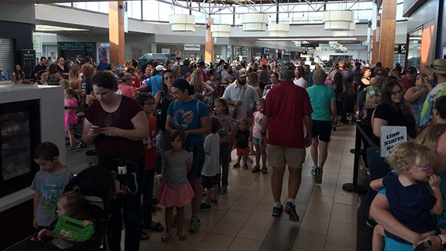 Massive crowd turns out for Build-A-Bear sale (July 12, 2018/FOX Carolina)