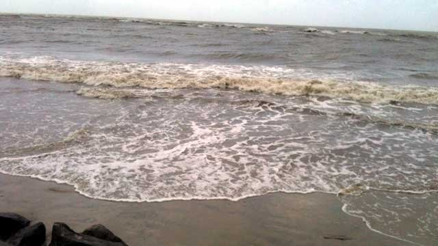 Waves crash on the shores of St. Simon's Island in Georgia as subtropical storm Beryl approaches. (May 27, 2012/FOX Carolina)