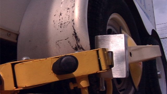 A Greenville Co. business owner puts a traffic boot on his trailer to help keep thieves away. (July 24, 2012/FOX Carolina)