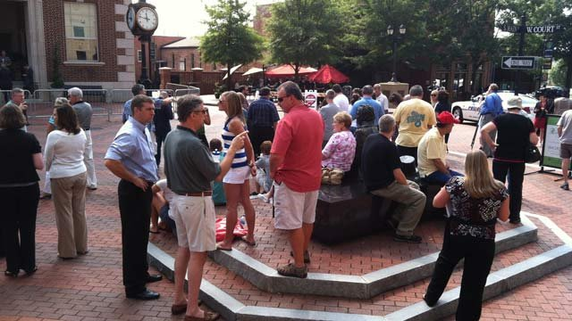 Crowds gather outside Soby's in downtown Greenville awaiting Romney's arrival. (Aug. 16, 2012/FOX Carolina)