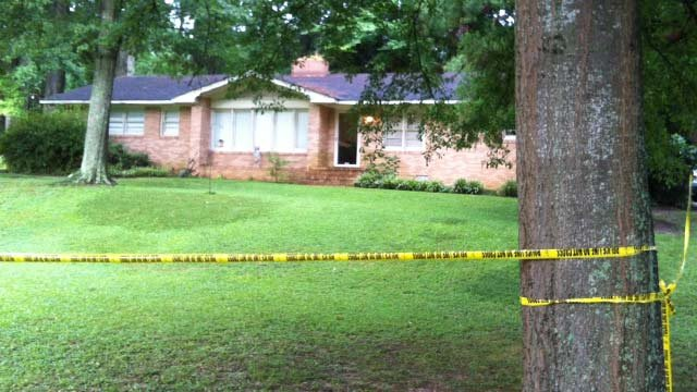 The Kings Road home where police shot and killed a suspect Thursday morning. (Aug. 30, 2012/FOX Carolina)