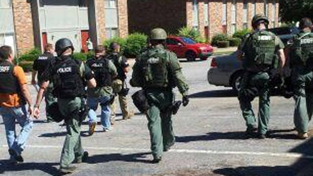 Deputies and SWAT officers respond to Georgetown Apartments. (Sept. 24, 2012/Courtesy iWitness)
