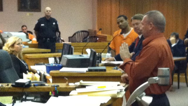 Deputy Hyslop (right) talks to an Anderson Co. judge during Gilbert's hearing. (Oct. 25, 2012/FOX Carolina)