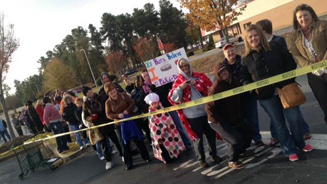 Fans wait in line to see Paula Deen at a Greenville Bi-Lo store. (Nov. 14, 2012/FOX Carolina)