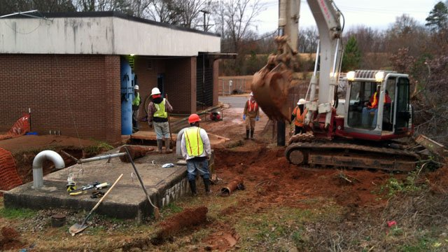 Crews work to repair a leak at a pumping station in Anderson. (Dec. 6, 2012/FOX Carolina)