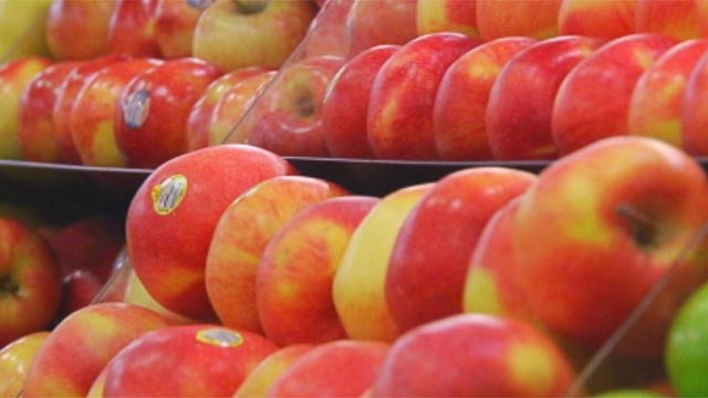 Apples are displayed on a grocery store shelf. (File/FOX Carolina)