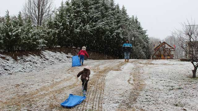 A FOX Carolina iWitness sent in this picture of family fun in the snow Saturday morning. (Mar. 2, 2013/FOX Carolina iWitness Cassie Harris)