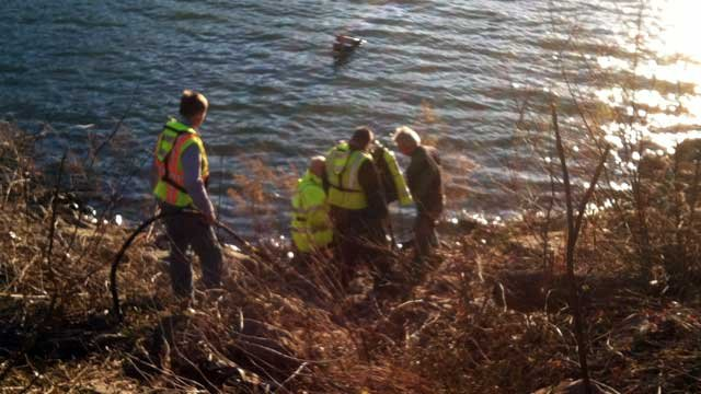 A diver enters Lake Hartwell to help crews remove a truck from the water. (March 21, 2013/FOX Carolina)