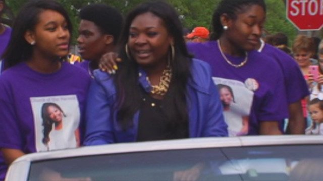 SC American Idol contestant Candice Glover rides in her parade through Beaufort. (May 4, 2013/FOX Carolina)