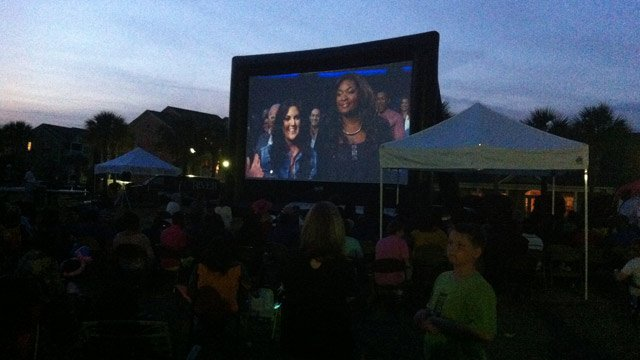 Crowds gather to watch the 'American Idol' finale at the Highway 21 Drive-In in Beaufort. (May 16, 2013/FOX Carolina)