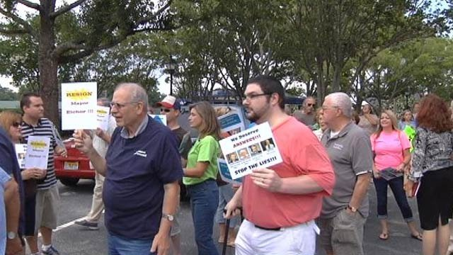 Grounsell supporters gather outside of Simpsonville City Hall. (July 23, 2013/FOX Carolina)