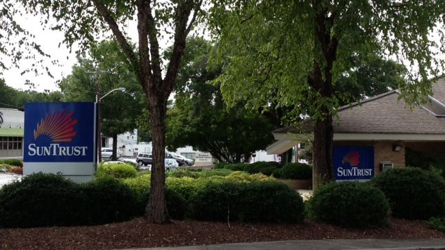 The SunTrust bank on Augusta Street police say was robbed. (Aug. 19, 2013/FOX Carolina)