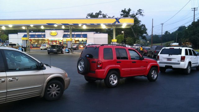 Cars are lined up at the Spinx waiting for their free $20 of gas. (Aug. 28, 2013/FOX Carolina)