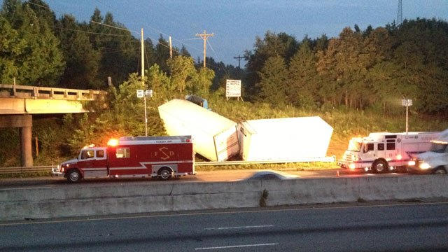 The jackknifed tractor trailer along the side of southbound I-85. (Aug. 28, 2013/FOX Carolina)