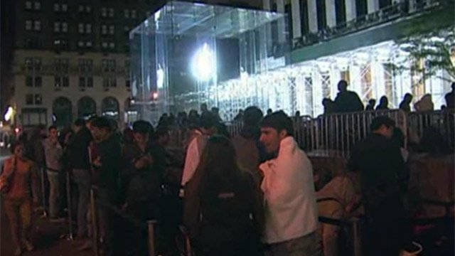Crowds wait in line to buy the new iPhone at an Apple store in New York. (Source: WCBS/CNN)