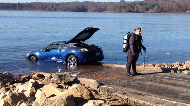 The car is towed from Lake Hartwell. (Nov. 29, 2013/FOX Carolina)