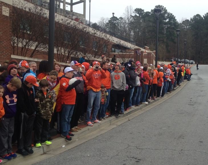 Fans gather to greet returning Clemson Players. (Jan. 4 2014, Fox Carolina)
