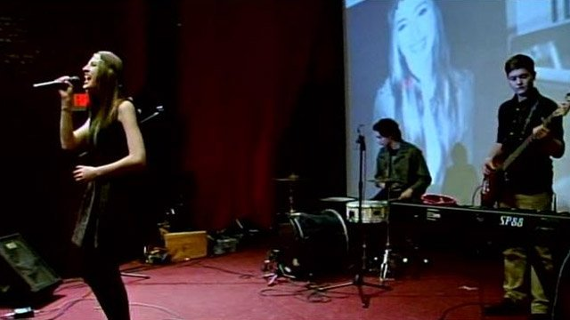 Ali Henderson performs at the watch party in Gaffney. (Jan. 23, 2014/FOX Carolina)