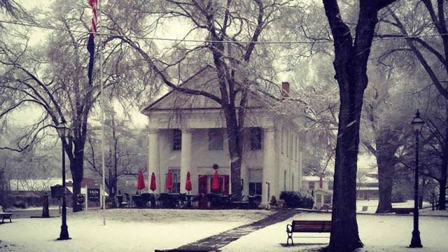 Snow falls Tuesday morning in Pendleton. (Feb. 11, 2014/FOX Carolina iWitness)