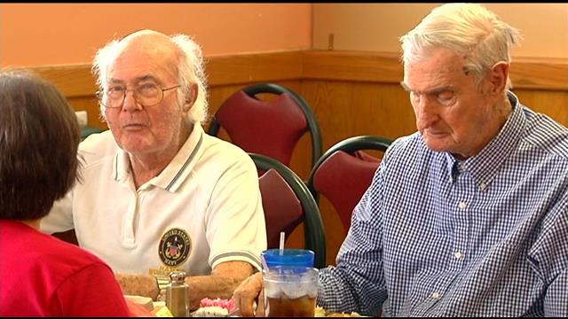 Veterans Frank Hames (left) and Jim Wiggins share memories at lunch. (July 1, 2014/FOX Carolina)