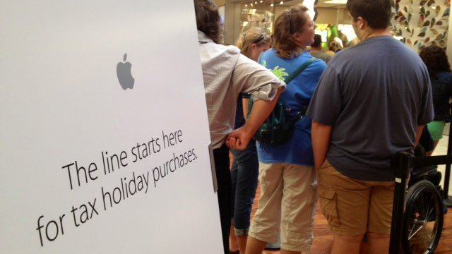 Shoppers line up outside the Apple store in the Haywood Mall on Friday. (Aug. 1, 2014/FOX Carolina)